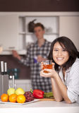 ευτυχής κουζίνα ζευγών Στοκ Φωτογραφίες