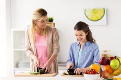 Ευτυχής κουζίνα οικογενειακών μαγειρεύοντας γευμάτων στο σπίτι Στοκ φωτογραφία με δικαίωμα ελεύθερης χρήσης