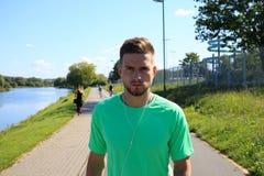 Ευτυχής κουρασμένος αθλητής Στοκ φωτογραφίες με δικαίωμα ελεύθερης χρήσης