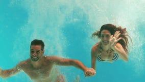 Ευτυχής κολύμβηση ζευγών υποβρύχια απόθεμα βίντεο