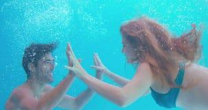 Ευτυχής κολύμβηση ζευγών υποβρύχια φιλμ μικρού μήκους