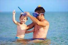 Ευτυχής κολύμβηση με αναπνευστήρα πατέρων και γιων Στοκ φωτογραφίες με δικαίωμα ελεύθερης χρήσης