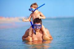 Ευτυχής κολύμβηση με αναπνευστήρα πατέρων και γιων Στοκ εικόνα με δικαίωμα ελεύθερης χρήσης