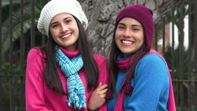 Ευτυχής κρύος καιρός φίλων κοριτσιών εφήβων φιλμ μικρού μήκους