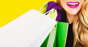 Ευτυχής κυρία μόδας με τις αγορές Στοκ Φωτογραφία