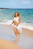 Ευτυχής κυρία που ασκεί στην παραλία Στοκ Εικόνες