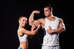 Ευτυχής κυρία που μετρά bodybuilder το βραχίονα ` s στοκ φωτογραφία με δικαίωμα ελεύθερης χρήσης