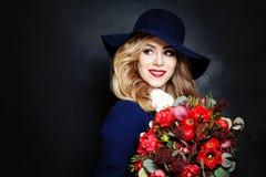 Ευτυχής κυρία Fashion Model με τα λουλούδια Στοκ Εικόνες