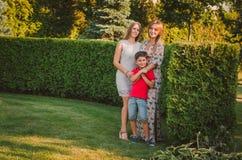 Ευτυχής κόρη μητέρων, γιος που περπατά στο πάρκο Ευτυχής οικογένεια σε έναν περίπατο οικογενειακά καρύδια έννοιας σύνθεσης μπουλο Στοκ Εικόνες