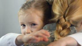Ευτυχής κόρη που αγκαλιάζει τη μητέρα στη στρατιωτική στολή, οικογενειακές σχέσεις, φιλμ μικρού μήκους