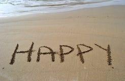 ευτυχής λέξη άμμου γραπτή Στοκ φωτογραφία με δικαίωμα ελεύθερης χρήσης