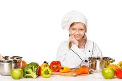 Ευτυχής λίγος αρχιμάγειρας με τα μέρη των λαχανικών Στοκ εικόνες με δικαίωμα ελεύθερης χρήσης
