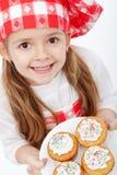 Ευτυχής λίγος αρχιμάγειρας υπερήφανος muffins της Στοκ Εικόνες