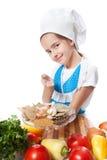 Ευτυχής λίγος μάγειρας αρχιμαγείρων προσφέρει ένα πιάτο με τα καρυκεύματα Στοκ Φωτογραφίες