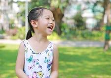 Ευτυχής λίγο ασιατικό κορίτσι παιδιών στο ηλιόλουστο πράσινο πάρκο στοκ φωτογραφίες με δικαίωμα ελεύθερης χρήσης