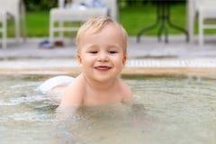 Ευτυχής λίγο καυκάσιο ξανθό αγόρι μικρών παιδιών που κολυμπά η λίμνη τη φωτεινή θερινή ημέρα στο θέρετρο Λατρευτή απόλαυση μωρών  στοκ φωτογραφία