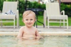 Ευτυχής λίγο καυκάσιο ξανθό αγόρι μικρών παιδιών που κολυμπά η λίμνη τη φωτεινή θερινή ημέρα στο θέρετρο Λατρευτή απόλαυση μωρών  στοκ εικόνες