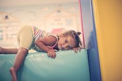 Ευτυχής λίγο μωρό που εξετάζει τη κάμερα Στοκ εικόνες με δικαίωμα ελεύθερης χρήσης