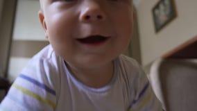 Ευτυχής λίγο μωρό που σέρνεται στο πάτωμα φιλμ μικρού μήκους