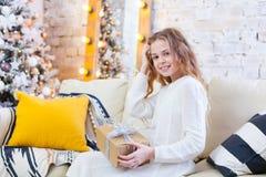 Ευτυχής λίγο χαμογελώντας κορίτσι με το κιβώτιο δώρων Χριστουγέννων στοκ φωτογραφία