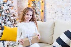 Ευτυχής λίγο χαμογελώντας κορίτσι με το κιβώτιο δώρων Χριστουγέννων Στοκ Εικόνες