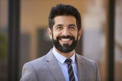 Ευτυχής μέσος ηλικίας ισπανικός επιχειρηματίας που κοιτάζει στη κάμερα στοκ εικόνα με δικαίωμα ελεύθερης χρήσης