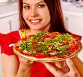 Ευτυχής μαγειρεύοντας πίτσα γυναικών Στοκ Εικόνα