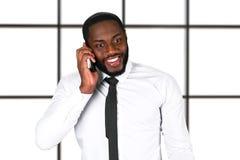 Ευτυχής μαύρος με το τηλέφωνο Στοκ φωτογραφία με δικαίωμα ελεύθερης χρήσης