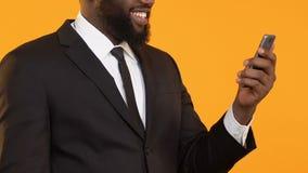 Ευτυχής μαύρος στο smartphone εκμετάλλευσης κοστουμιών που παρουσιάζει ναι χειρονομία, επιχειρησιακό ηλεκτρονικό ταχυδρομείο απόθεμα βίντεο