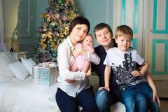 Ευτυχής μεγάλη οικογένεια στο δωμάτιο Χριστουγέννων Στοκ φωτογραφία με δικαίωμα ελεύθερης χρήσης