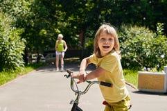 ευτυχής μητέρα αγοριών Στοκ φωτογραφία με δικαίωμα ελεύθερης χρήσης