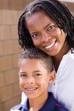 Ευτυχής μητέρα αφροαμερικάνων και ο γιος της Στοκ Φωτογραφία