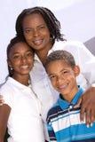 Ευτυχής μητέρα αφροαμερικάνων και τα παιδιά της Στοκ Εικόνα