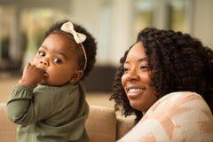 Ευτυχής μητέρα αφροαμερικάνων και το daugher της Στοκ Εικόνα