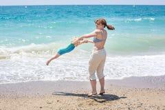 Ευτυχής μητέρα και λίγος γιος μωρών που έχουν τη διασκέδαση στις διακοπές παραλιών Στοκ εικόνες με δικαίωμα ελεύθερης χρήσης