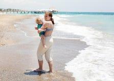 Ευτυχής μητέρα και λίγος γιος μωρών που έχουν τη διασκέδαση στις διακοπές παραλιών Στοκ Φωτογραφίες