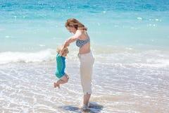 Ευτυχής μητέρα και λίγος γιος μωρών που έχουν τη διασκέδαση στις διακοπές παραλιών Στοκ φωτογραφία με δικαίωμα ελεύθερης χρήσης
