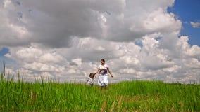 Ευτυχής μητέρα και μικρός γιος που περπατούν στον πράσινο τομέα απόθεμα βίντεο