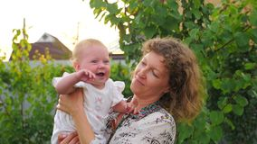 ευτυχής μητέρα κοριτσακ&i Το μωρό με το πρόσωπο χαμόγελου κυματίζει σε ετοιμότητα της μητέρας απόθεμα βίντεο