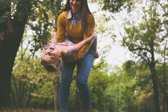 ευτυχής μητέρα κορών που παίζει από κοινού Στοκ φωτογραφίες με δικαίωμα ελεύθερης χρήσης