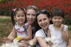 ευτυχής μητέρα κορών υπαίθ στοκ εικόνες με δικαίωμα ελεύθερης χρήσης