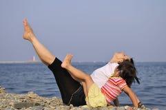 ευτυχής μητέρα κορών υπαίθ στοκ εικόνα με δικαίωμα ελεύθερης χρήσης