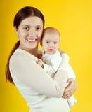 ευτυχής μητέρα μήνα 2 μωρών Στοκ Εικόνες