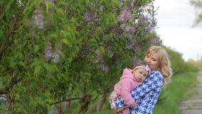 Ευτυχής μητέρα με ένα μωρό στη φύση απόθεμα βίντεο