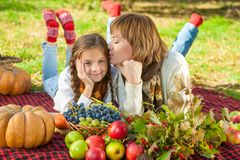 Ευτυχής μητέρα με λίγη κόρη στο πάρκο φθινοπώρου Στοκ εικόνες με δικαίωμα ελεύθερης χρήσης
