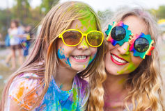 Ευτυχής μητέρα με λίγη κόρη στο φεστιβάλ χρώματος holi Στοκ εικόνα με δικαίωμα ελεύθερης χρήσης