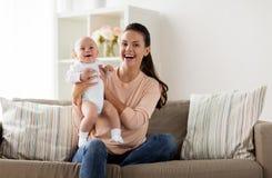 Ευτυχής μητέρα με λίγο αγοράκι στο σπίτι στοκ εικόνες