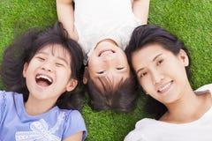 Ευτυχής μητέρα με τα μικρά κορίτσια στοκ εικόνα με δικαίωμα ελεύθερης χρήσης