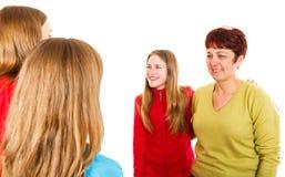 Ευτυχής μητέρα με την κόρη και τους νέους θηλυκούς γιατρούς στοκ εικόνες