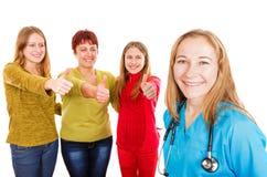 Ευτυχής μητέρα με τις κόρες και το νέο γιατρό στοκ εικόνες